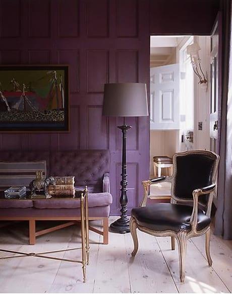 wandfarbe lila-polstersofa im lila-lederstuhl schwarz und schwarze Stehleuchte
