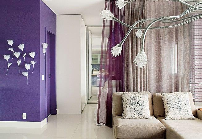 Wohnzimmer mit Lila Wand und Wanddeko aus weißen Blumen-gardinen beige und lviolett
