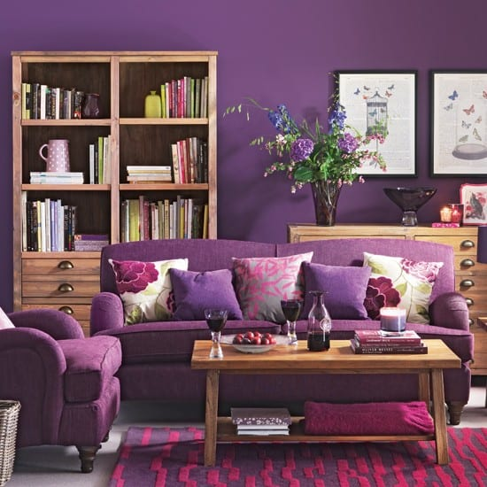 Wohnzimmer gestalten mit lila teppich und holzschrank- polstersofa violett
