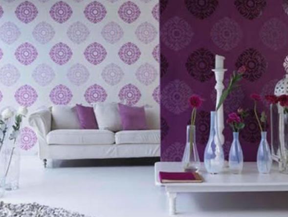 modernes wohnzimmer in weiß und lila- weiße sofa mit lila kissen-wandtapete mit lila blumenmotiv