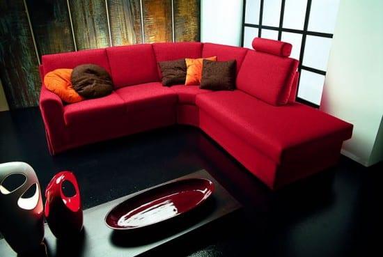 wohnzimmer schwarz weiß mit rotem sofa und dekoration mit designervasen in weiß und rot-wohnzimmer boden schwarz