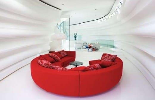 3D wandtextur-weißes wohnzimmer mit Rundcouch in rot