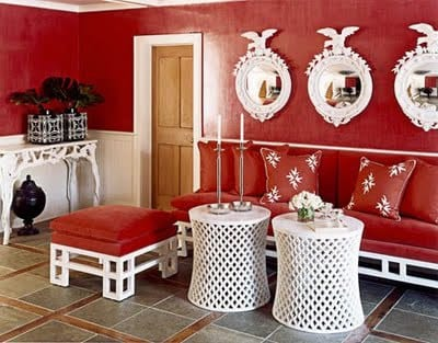 wohnzimmer gestalten mit weißen möbeln und weißen rundspiegeln-sitzbank mit roten kissen-weiße runde couchtische