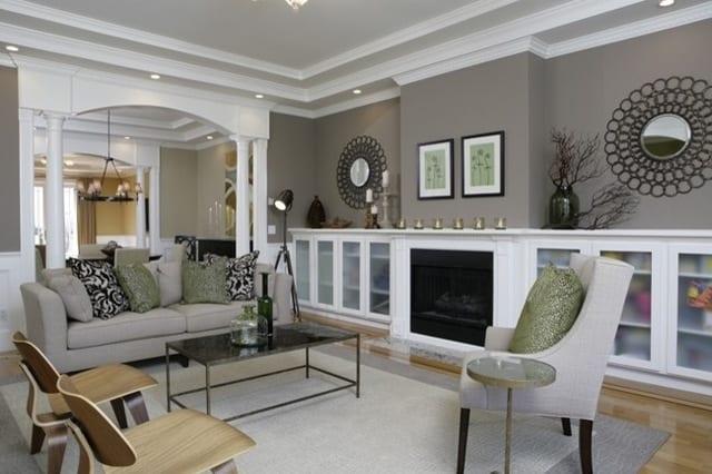 modernes wohnzimmer einrichten mit grauem teppich und sofa in beige- taupe wandfarbe- wandekoration mit spiegeln