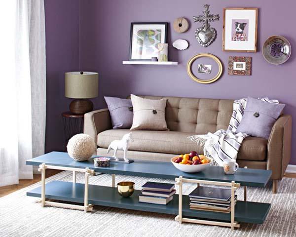 modernes wohnzimmer einrichten mit blauem kaffeetisch und weißem teppich-polstersofa beige mit lilla kissen-wand lilafarbe