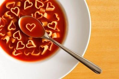 tomatensuppe mit herzen- valentinstag überraschungsidee