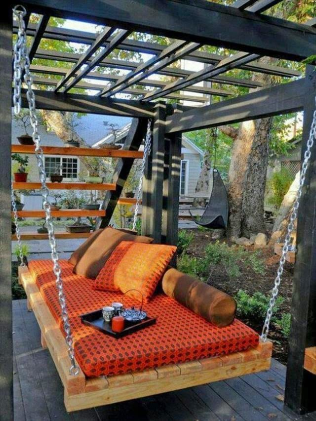 schöne gartenideen mit möbel aus paletten für den garten_holzterrasse mit überdachung und schaukel