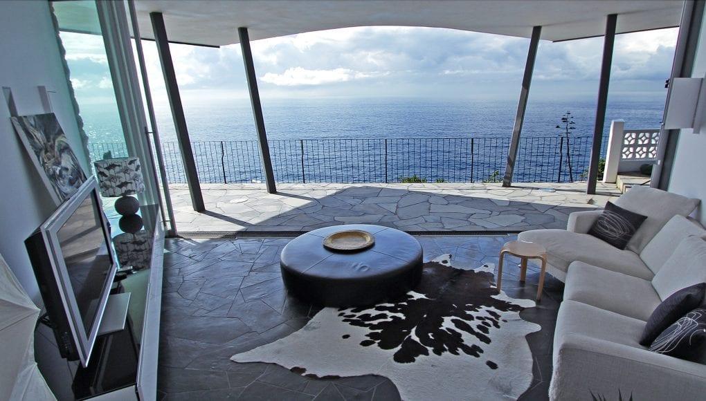 modernes wohnzimmer design mit sofa weiß und lederhocker-tisch rund-
