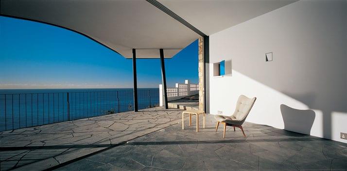 terrasse ideen mit natursteinplatten und überdachung-minimalistische terrasse