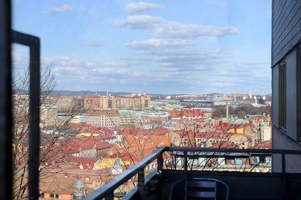zweiraumwohnung in stockholm mit terrasse und blick auf den fluss