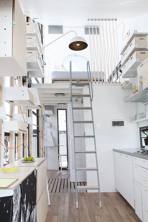 kleine wohnung inspirationen-modular haus mit kleiner küche weiß und schlafbereich über dem badezimmer-metalltreppeleiter zum schlafzimmer
