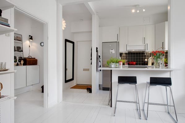 schickes appartement mit modernem interior und kleine küche mit bar in schwarz weiß_