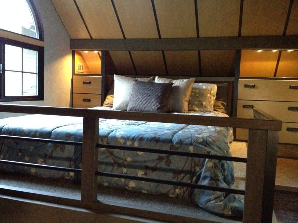 schlafzimmer dachschräge mit holzdeckenverkleidung-eingebaute kommoden mit schubladen in der dachschräge