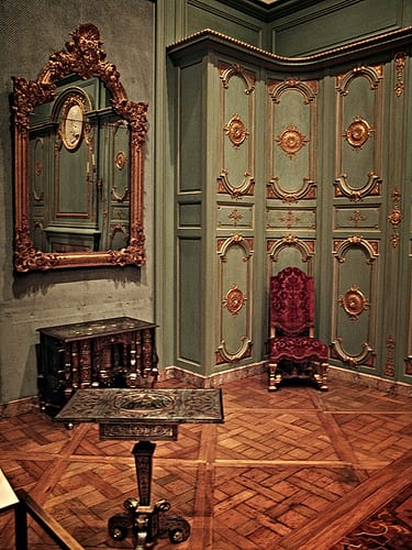 inspiration fürs zimmer dekorieren mit wandfarbe grün und barock möbeln-eckschrank grün-holzboden
