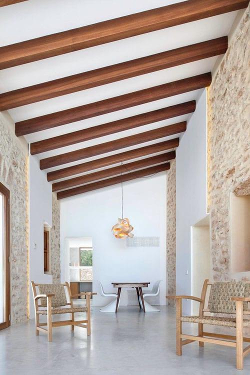 minimalistisches wohnzimmer mit kalksteinmauern-deckengestaltung-designer möbel-can manuel d en corda