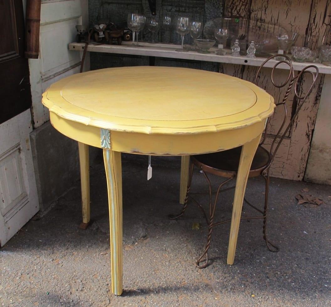 farbige runde tische aus holz für vintage einrichtung