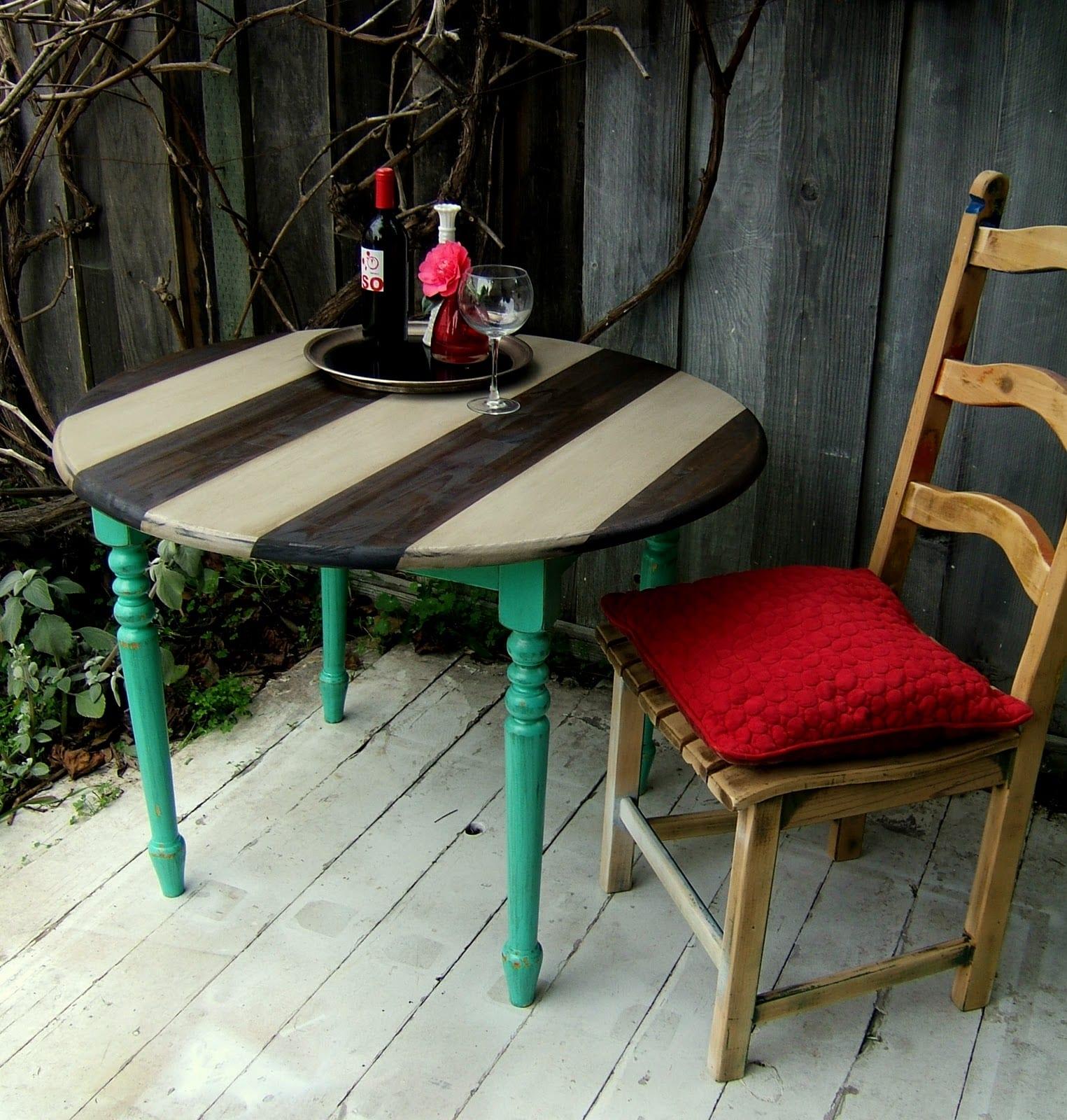 DIY Vintage Esstisch aus Holz mit runder Tischplatte in streifen gestrichen