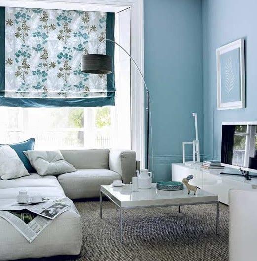 wohnzimmer inspirationen mit wandfarbe blau und fensterdekoration blau-ecksofa weiß mit tv sideboard lack weiß