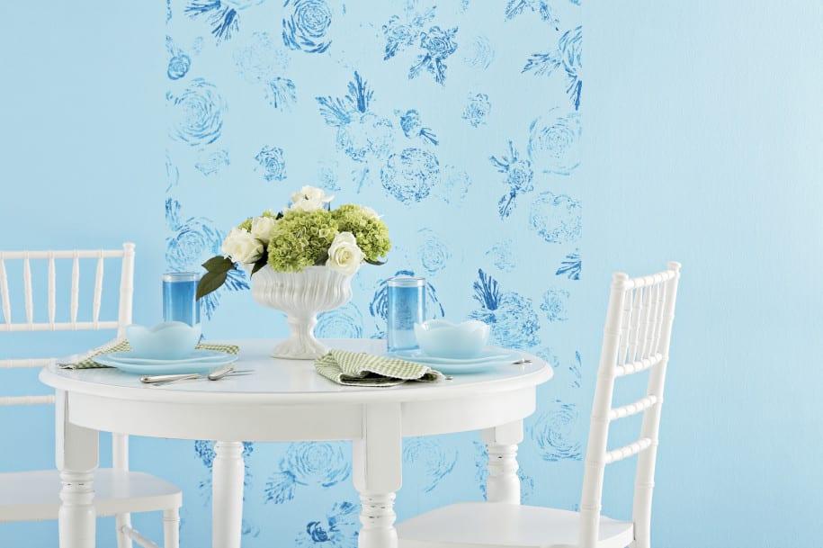 streichen mit wandfarbe blau und wandmuster -frische farbgestaltung kücke in hellblau und weißen esstisch rund und holzstühelen-möbel streichen