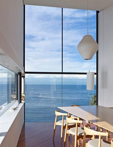 luxus esszimmer interior mit holzesstisch und holzstühlen-moderne pendelleuchte weiß-glasfassade