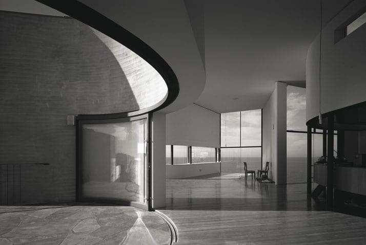 modernes haus mit runden wänden und moderne gebogene schiebefenstertüren