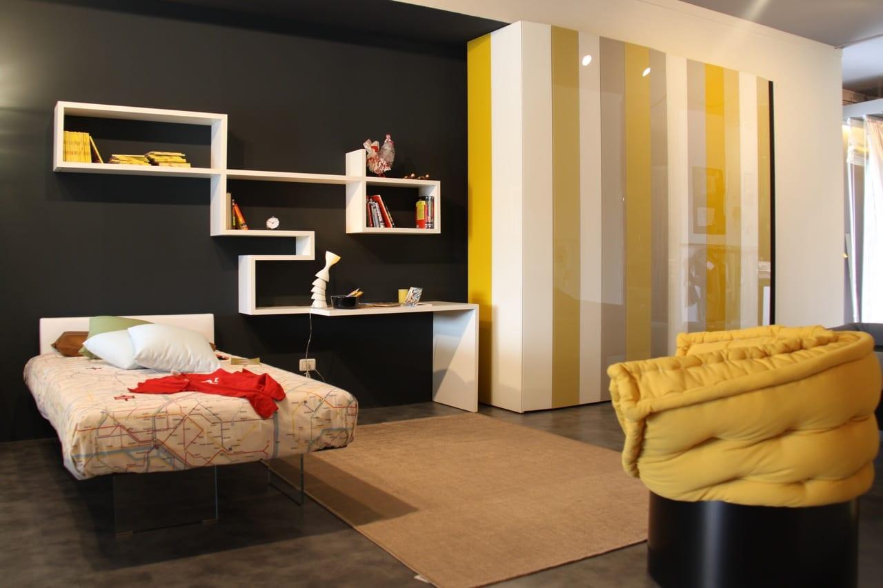 kinderzimmer gestaltung mit wandfarbe schwarz und rundsessel schwarz gelb-moderner kleiderstrank in weißen und gelben streifen