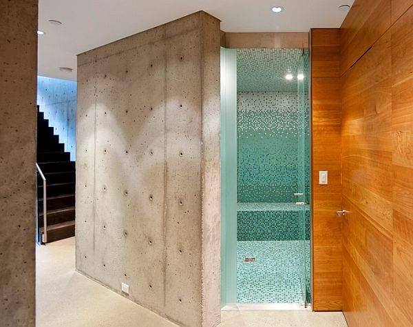 betonbau mit sichtbeton und holzverkleidung-modernes badezimmer mit badezimmer mosaik