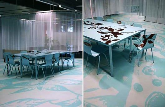 modernes interior design in blau mit blauem arbeitstisch und elastischme bodenbelag weiß mit blauenblumenmotiv