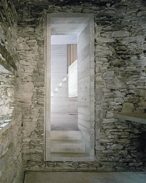 durchang aus Beton zwischen zwei Baukörpern