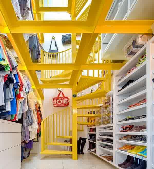 produktgestaltung idee- ankleideraum mit weißen schuhregalen und metalltreppe gelb