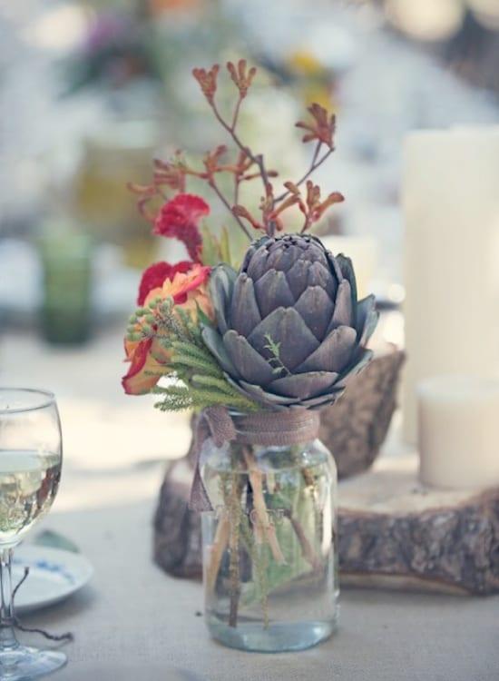 elegante tischdeko mit kerzenhalter aus Holz und Artischocken
