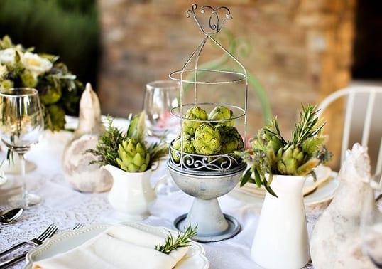 grüne Tischdekoration mit artischocken