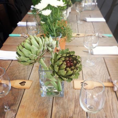 vase mit artischocken als tisch dekoration