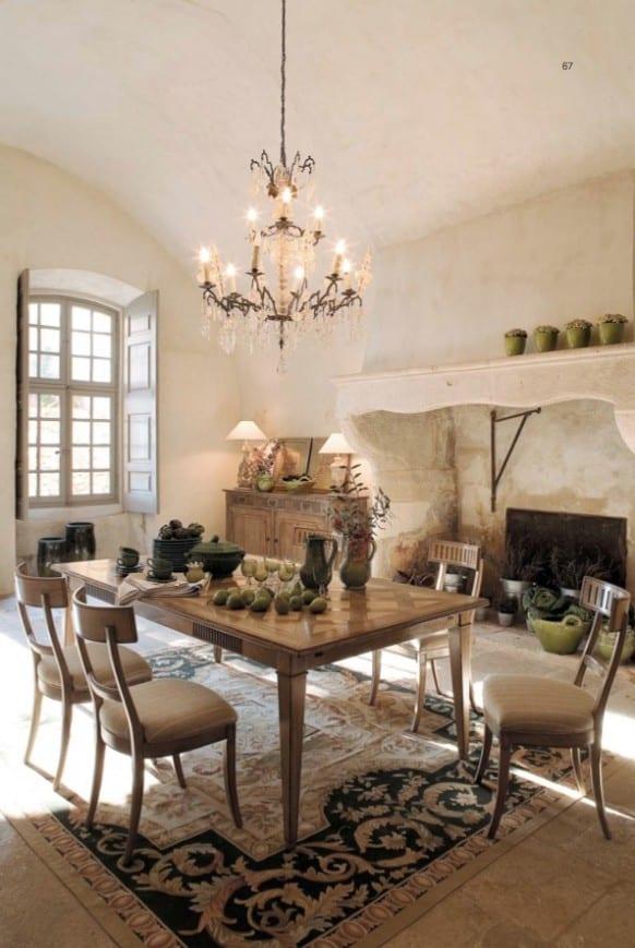 modernes kücke interior in weiß mit holzesstisch und polsterstühlen-deckenlampe und teppich las barok motiven zu dem offenen kamin