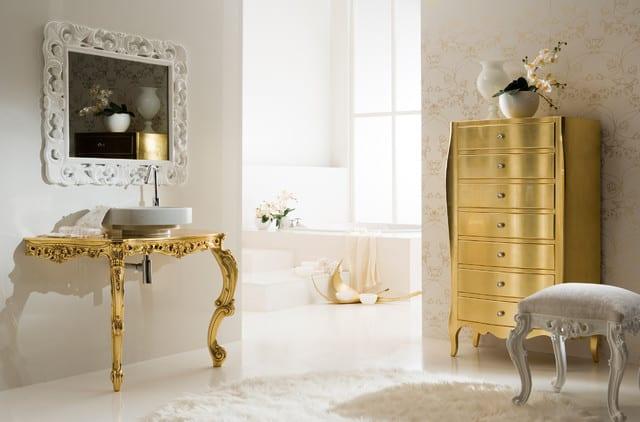 luxus badezimmer mit goldenen barock möbeln und tapete mit barockmotive-weißer teppich rund