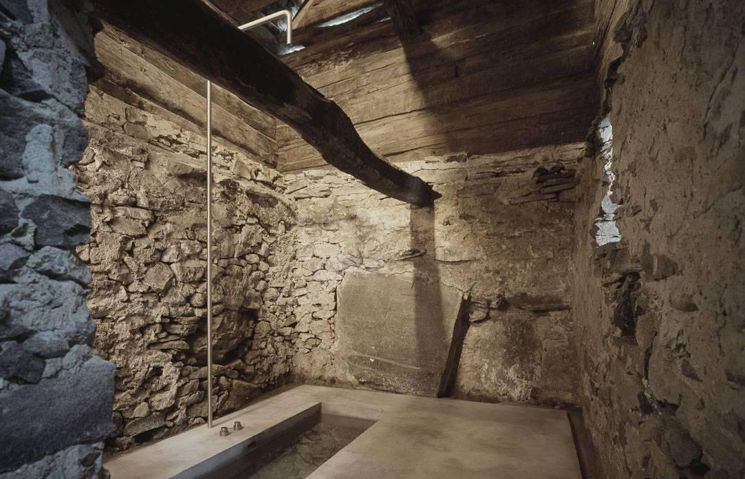 baderaum aus beton und eingebauter im boden badewanne aus beton