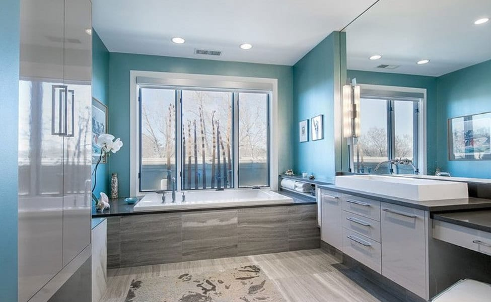 modernes badezimmer mit wänden in Hellblau und badezimmermöbel in grau-spiegelwand im badezimmer