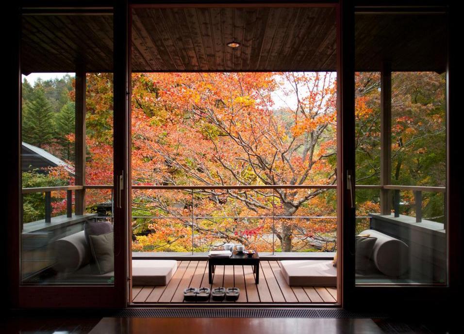 terrassendielen wpc für moderne terrasse mit sitzmatten weiß und couchtisch schwarz