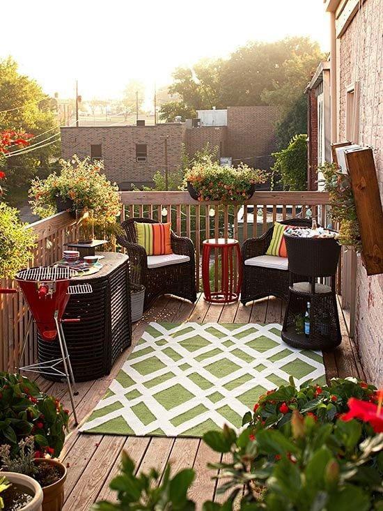 kleiner balkon ideen mit holzboden und balkon teppich grün_balkongeländer holz mut balkon blumen und BBQ rot