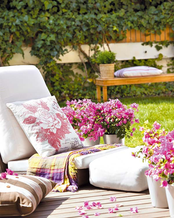 Holzterrasse Dekorieren Mit Blumen Und Weien Sitzkissen