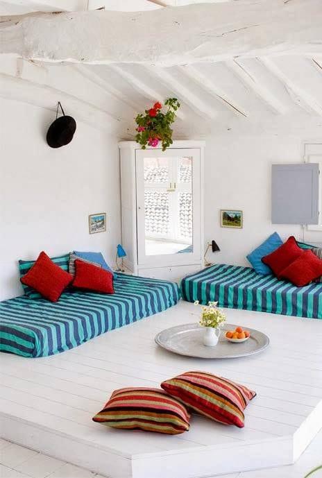 holzterrasse interior weiß mit terrassendach holz und sitzmöbel blau