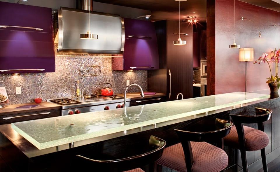 idee für küche mit bar in schwarz und lila-barhocker schwarz aus holz-küchenschränke lila-wandfarbe rot