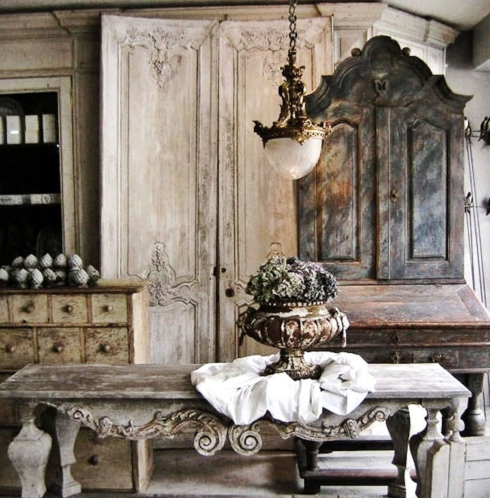rustikale zimmergestaltung im barock mit holzmöbeln
