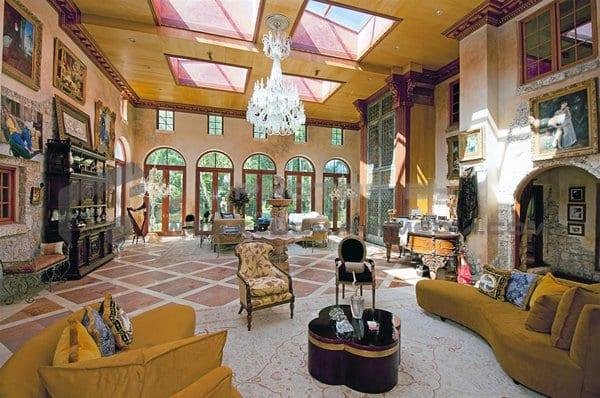 luxus haus interior in gelb- modernes wohnzimmer mit oberlichtern und natursteinfliesen am boden-polstermöbel gelb