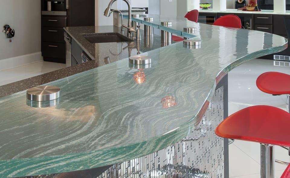 ideen für küche mit bar aus glasoberfläche und barhocker rot-küchenarbeitsplatte granit