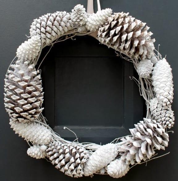 tür grau mit diy kranz aus zapfen in weiß-weihnachtsdeko selber basteln