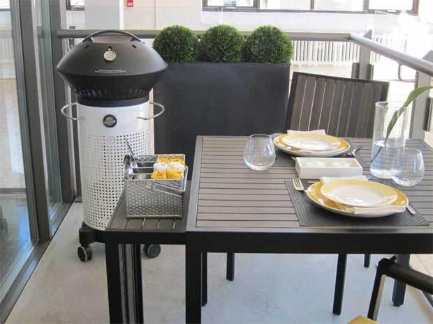 kleiner balkon gestaltung mit holztisch und BBQ