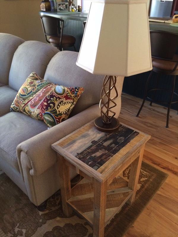 coole möbel aus paletten- polstersofa grau mit DIY beistelltisch aus europaletten
