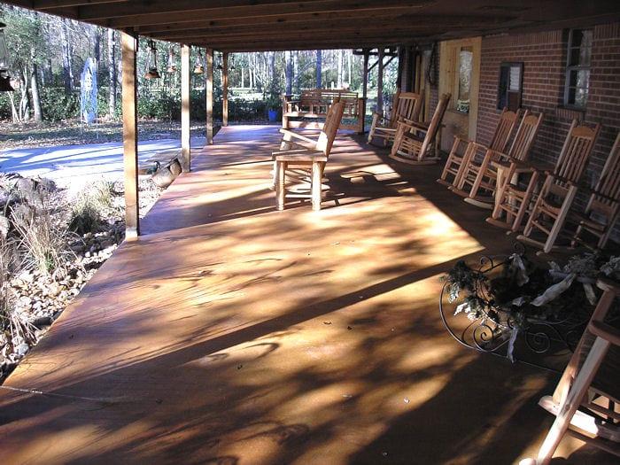 überdachte terrasse mit holzüberdachung und betonboden