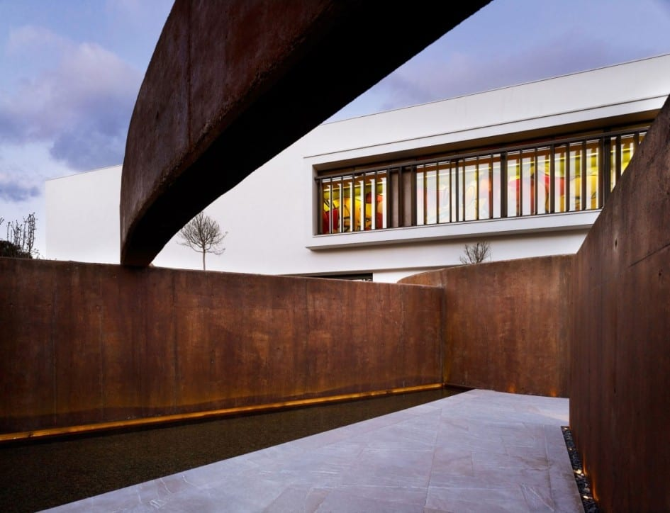 außenwand aus beton braun-minimalistische gartengestaltung mit teichbecken und gartenmauern aus beton